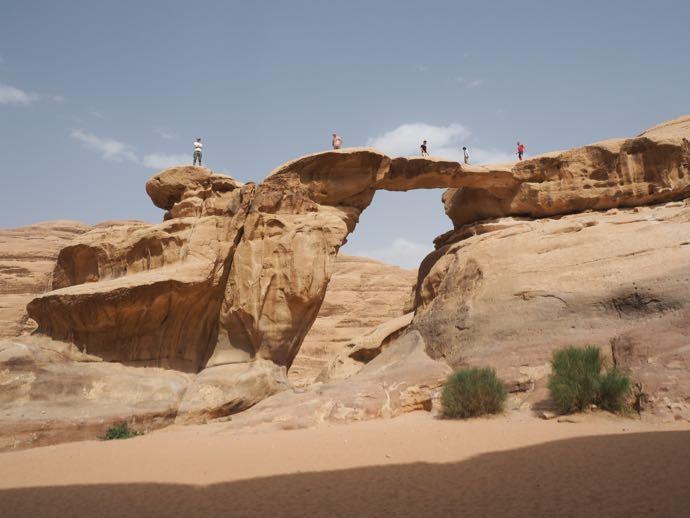 石の橋を登る人々