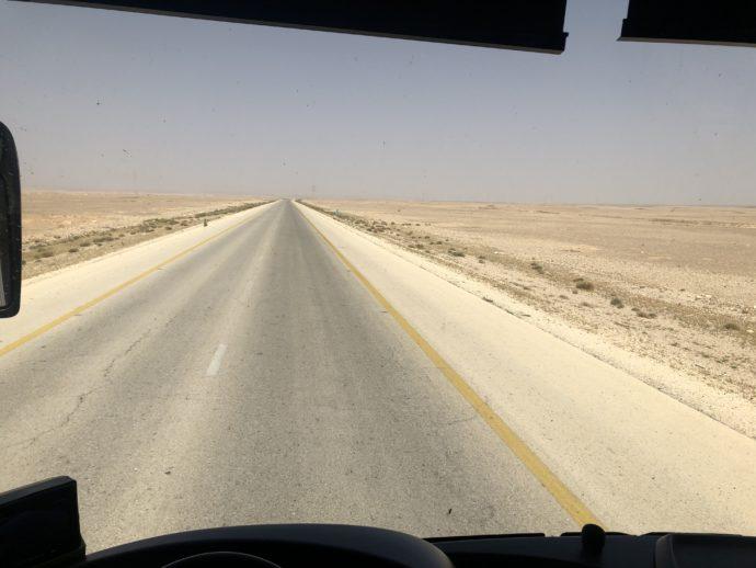バスは砂漠を走る