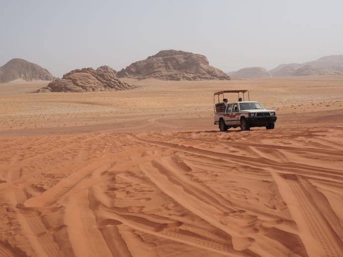 砂丘を走る4WD