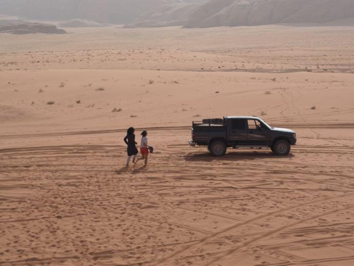 砂漠を走る男女