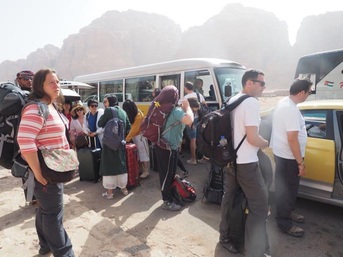 ラム村でバスからツアー車に乗り換える人々