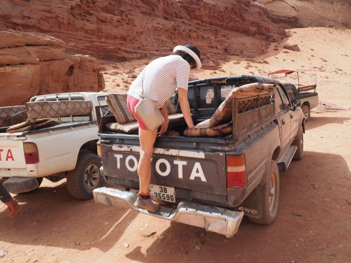 4WDに乗りこむ女性