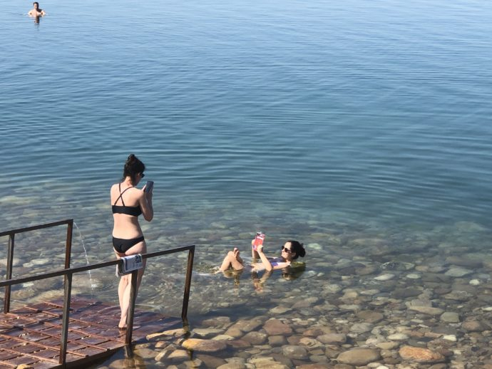 死海で浮遊体験