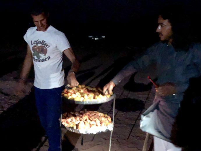 料理を運ぶ男性たち