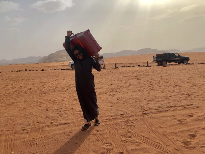 スーツケースを軽々運ぶベドウィン男性