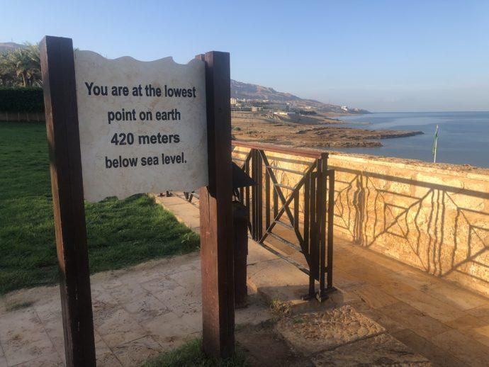 死海の標高看板