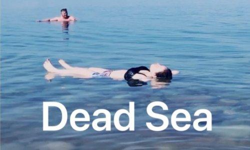 死海で浮遊体験する女性