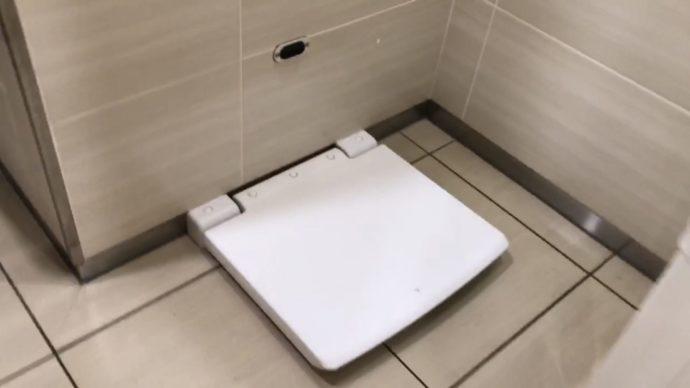 関空トイレの着替え用ボード