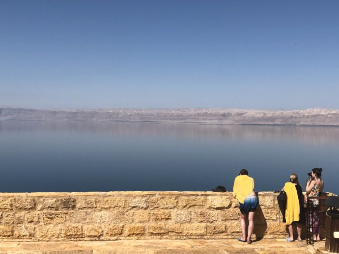 死海を眺める人々