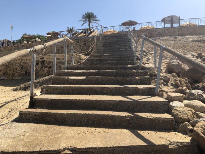 専用ビーチへの階段
