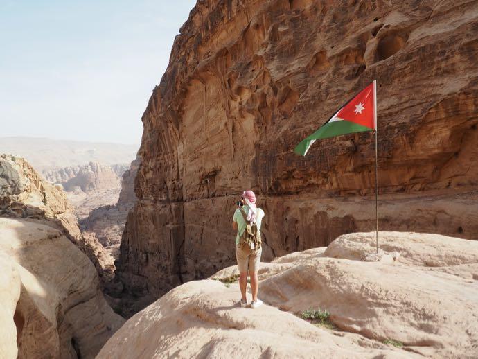 ヨルダン国旗と男性
