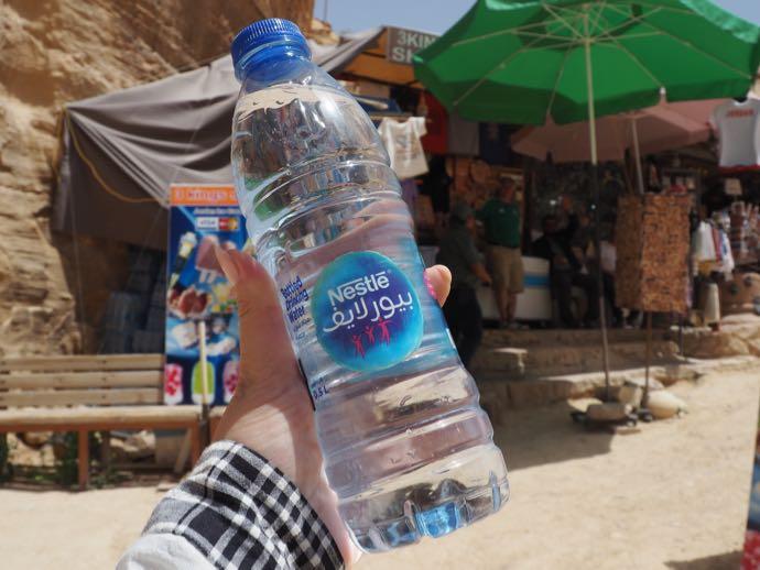 冷たい水を買う