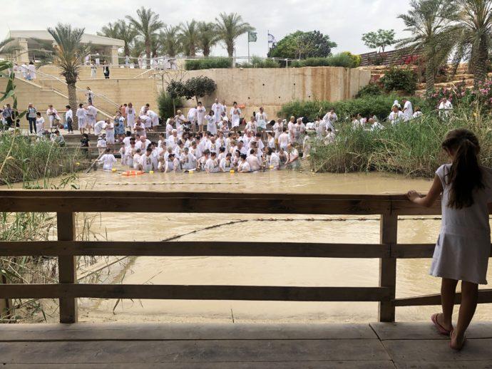 ヨルダン川で沐浴する人々