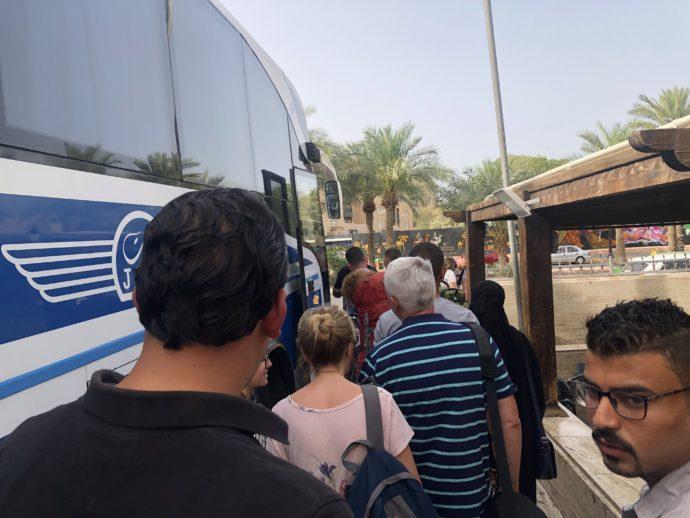 バスに並ぶひとたち
