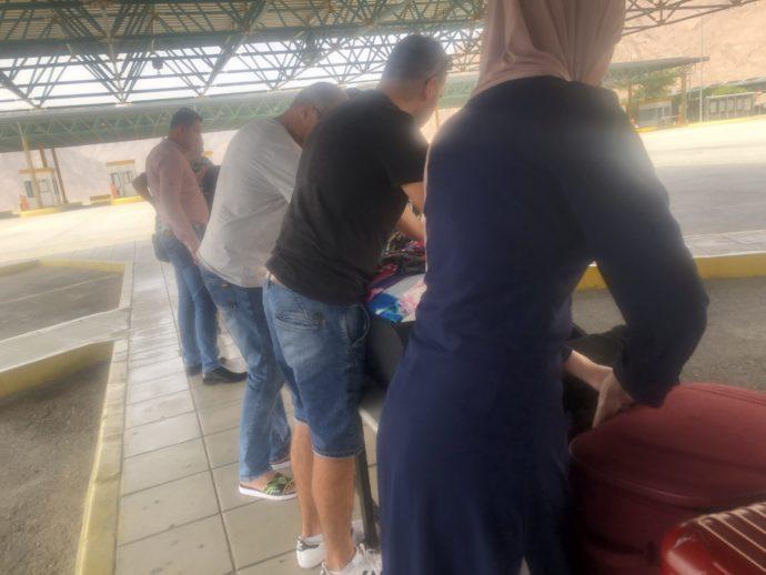 スーツケースを開ける乗客