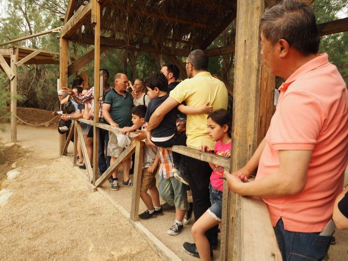 洗礼の地を見学する観光客