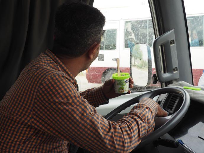 アイスクリームを食べる運転手