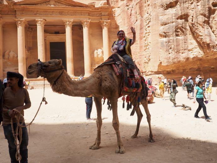 ラクダに乗る女性