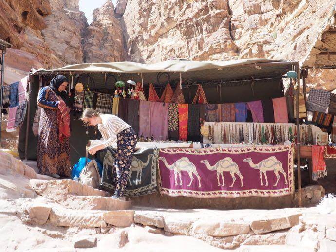 ペトラ遺跡で買い物をする女性