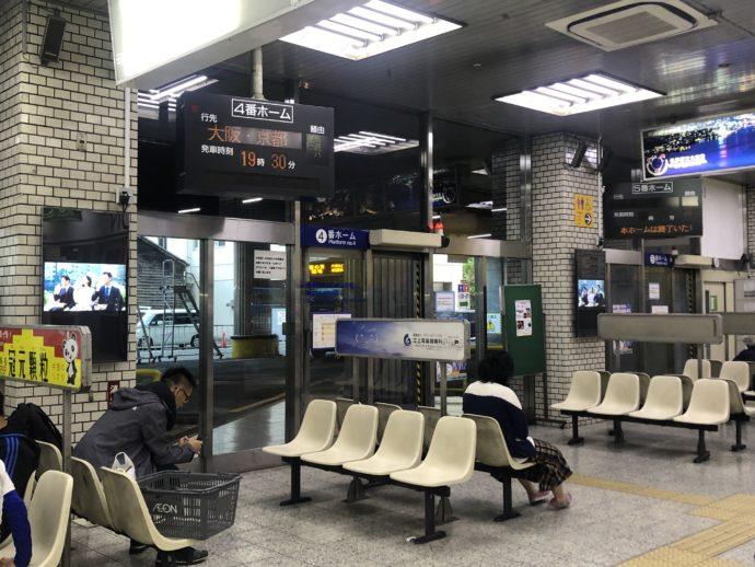 長崎新地バスターミナルの待合所