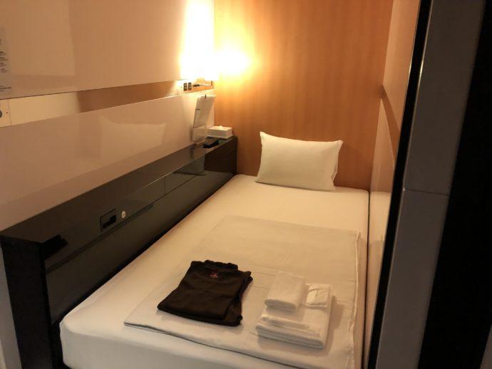 カプセルホテルの清潔な部屋