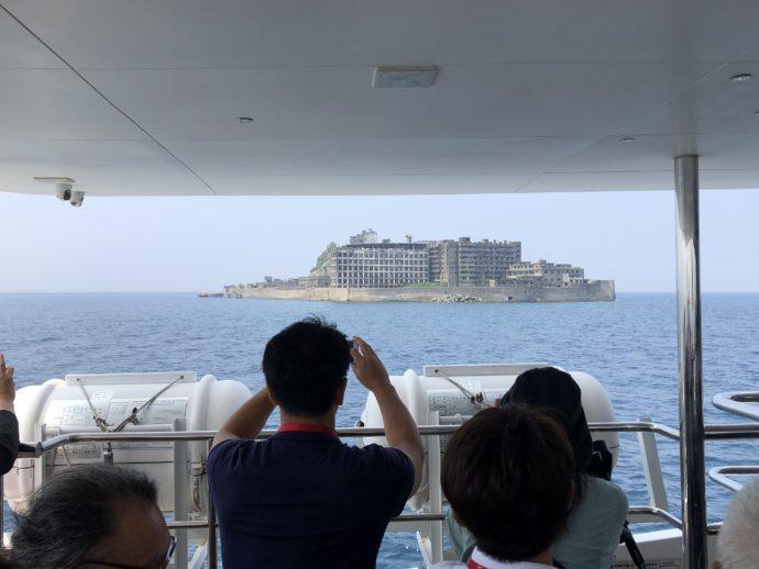 船から眺める軍艦島