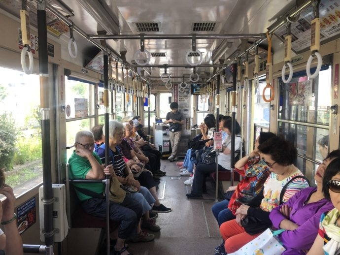 路面電車の中国人乗客
