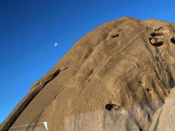 ウルルの波打つ岩肌
