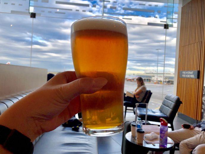 空港を背景にビール