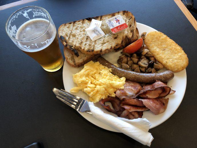 豪華な朝食とビール