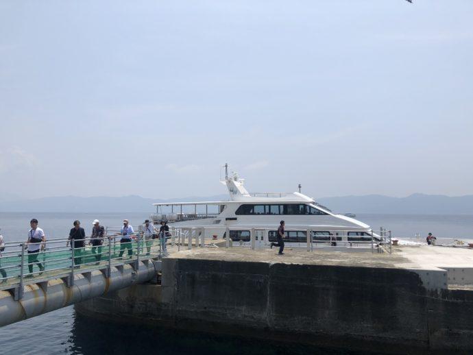 軍艦島に到着した船