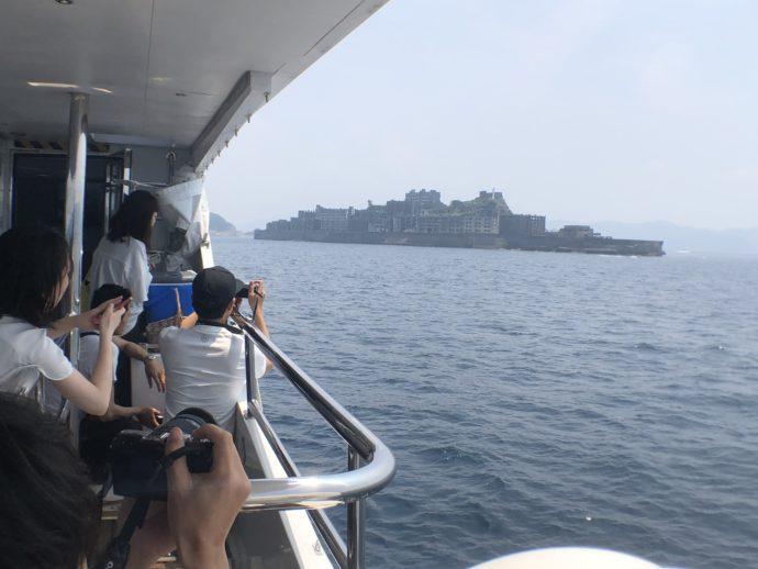 軍艦島を撮影する人々
