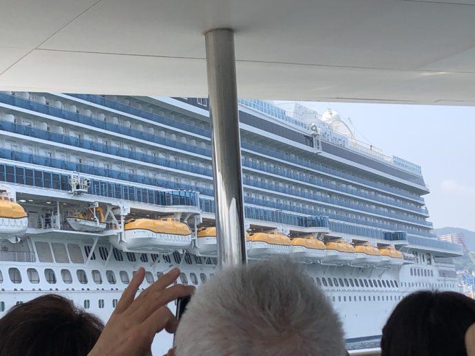 大型豪華客船を撮影する人