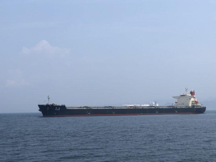 長崎港を通過するタンカー