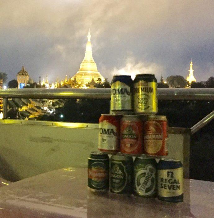 パゴダを背景にビール祭