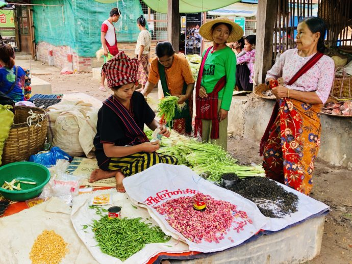 野菜販売の女性