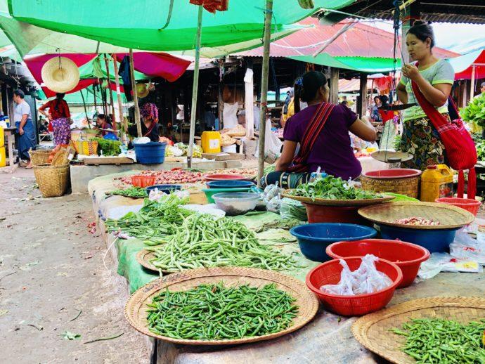 豆販売の女性たち