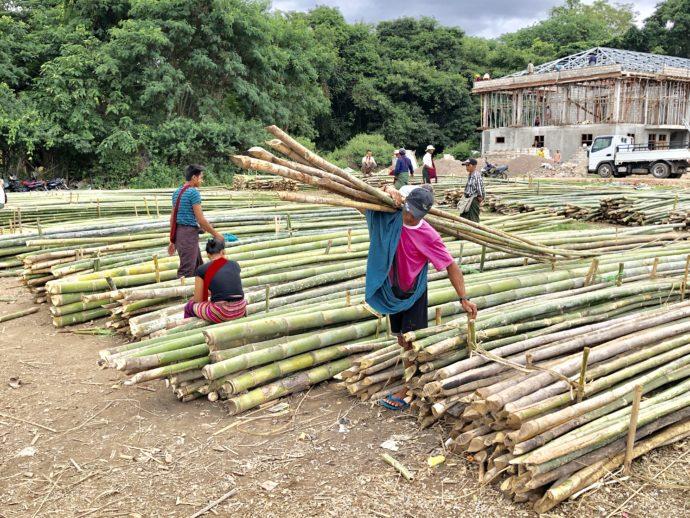 竹を運ぶ男性