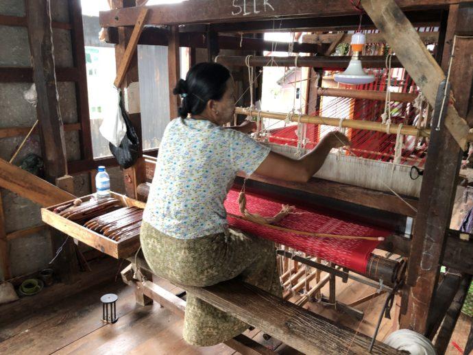 機織り機を扱う女性