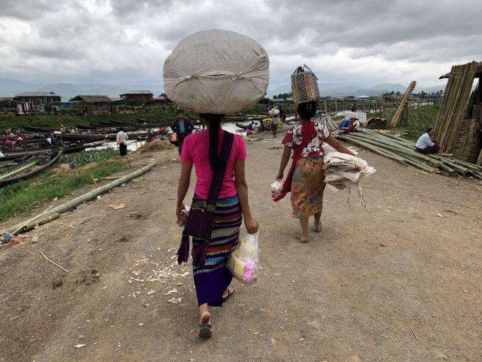 大荷物を頭に乗せて運ぶ女性