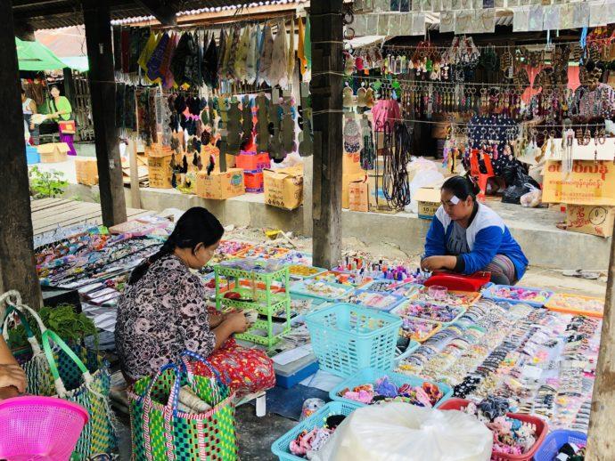 おもちゃを販売する女性と客