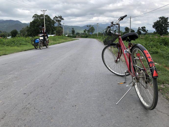 道路に停められた自転車