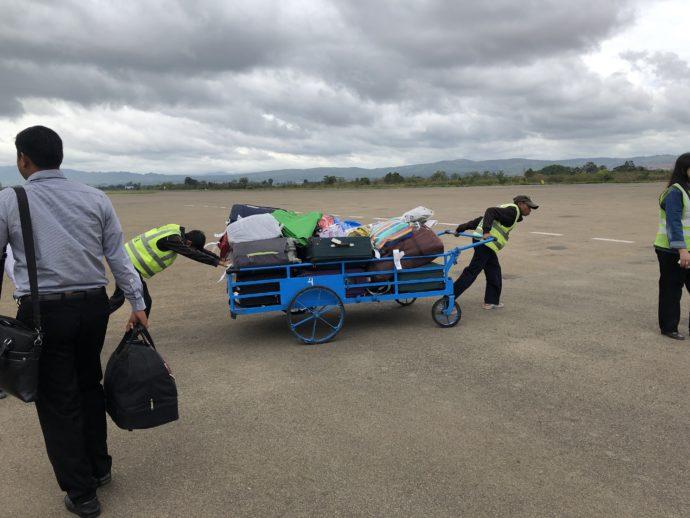 手押し車で運ばれるスーツケース