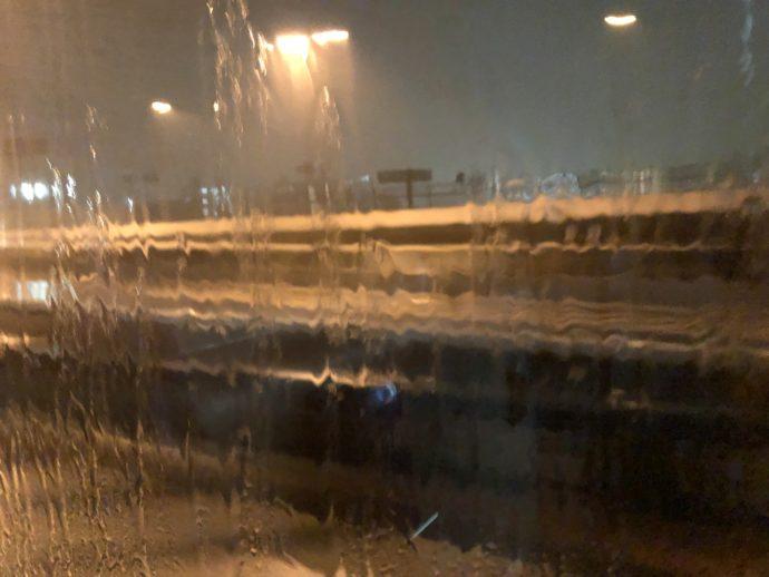 雨に打たれる窓ガラス