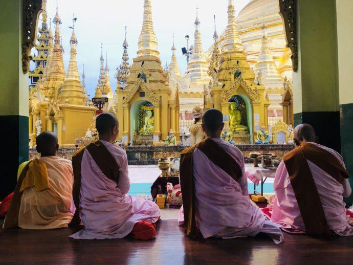 シュエダゴン・パゴダで祈る僧侶