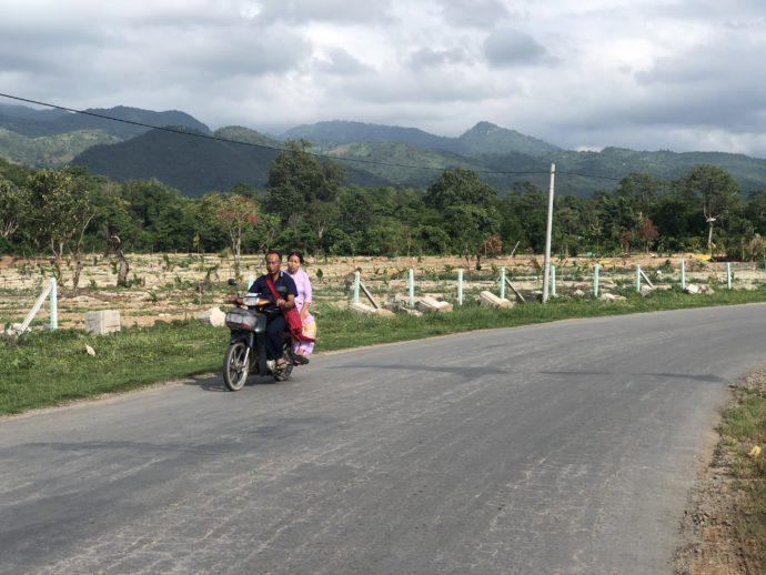 バイク二人乗りのカップル