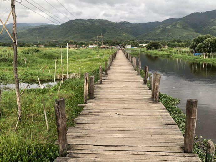 長い長い木製の橋