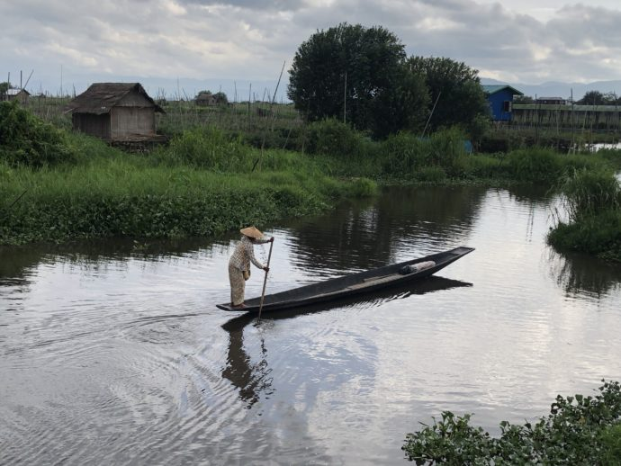 ボートを漕ぐ女性