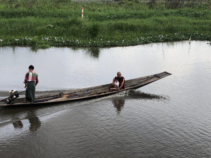 渡し舟に乗る僧侶