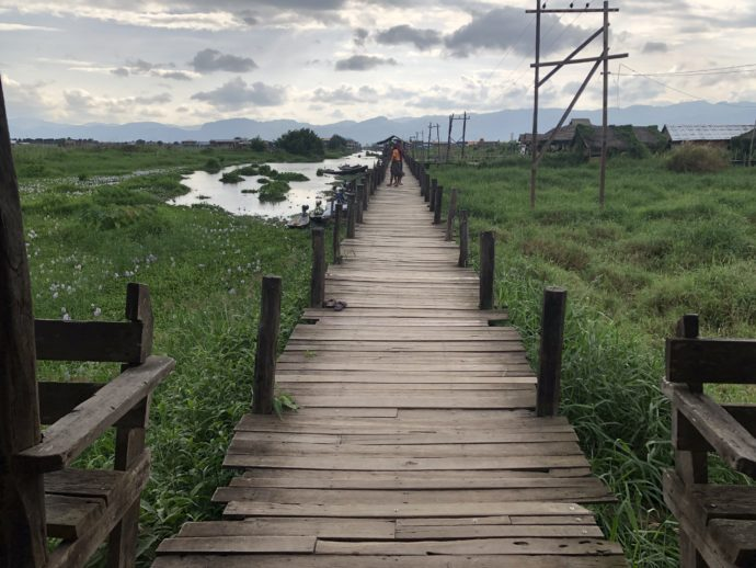 木製の長い橋